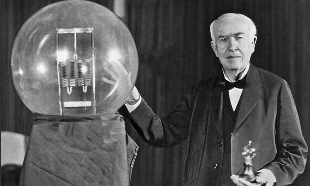 Thomas Edison con su descubrimiento
